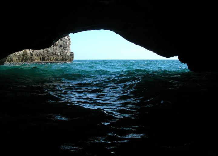 L'interno del pozzo del diavolo, spiaggia dei 40 remi