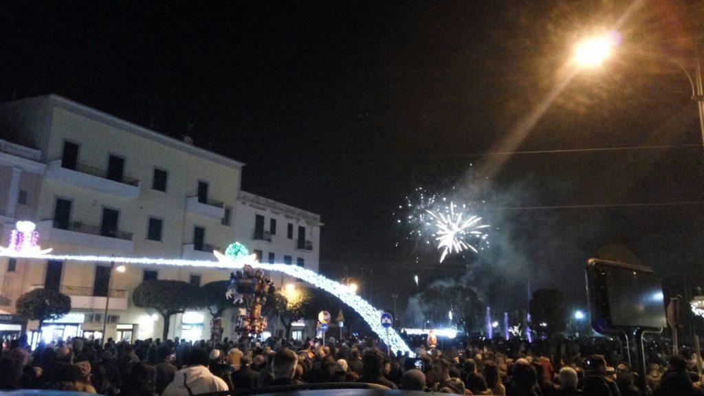 pubblico che assiste allo spettacolo pirotecnico nei pressi delle luminarie e della fontana di Gaeta