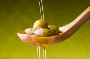 olio di oliva con sfondo verde